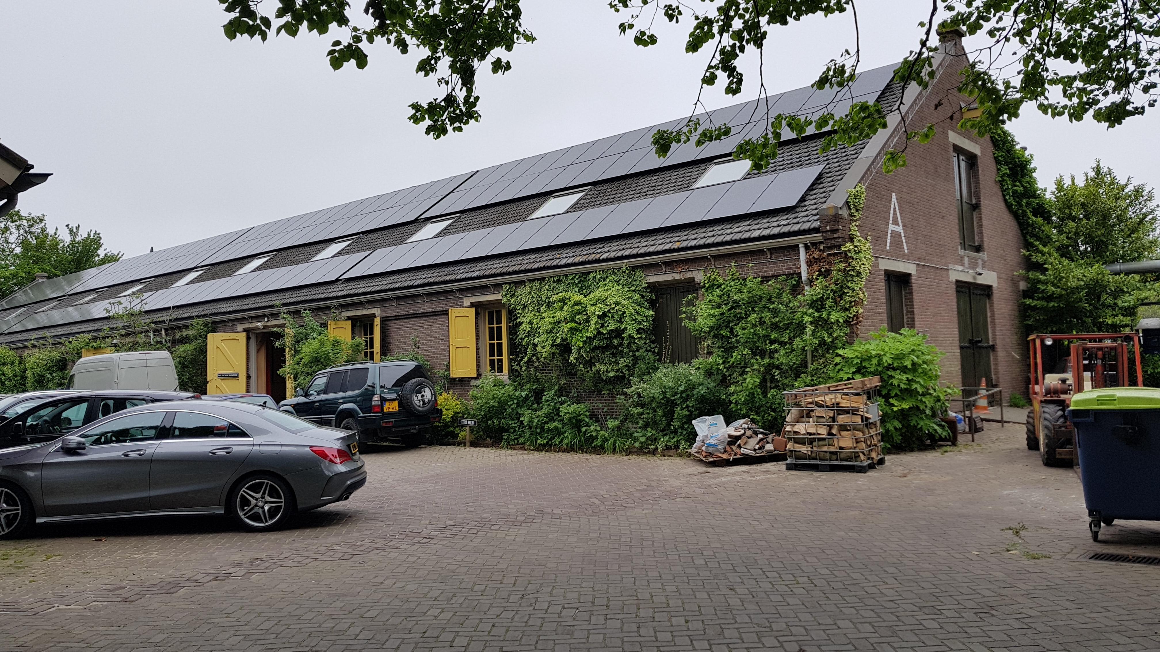 Gebouw met zonnepanelen op dak op bedrijventerrein De 1800 Roeden