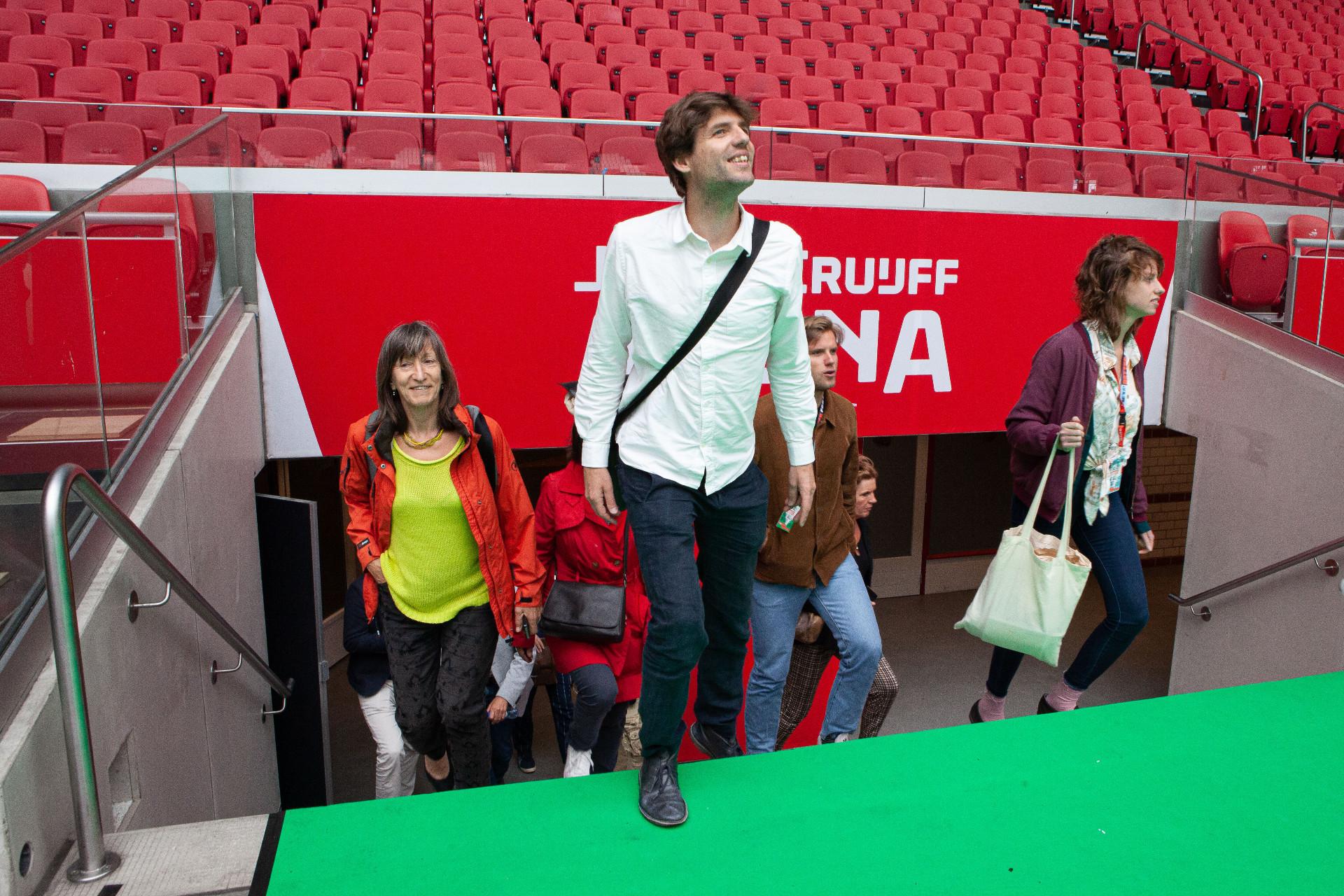 Deelnemers klimaatakkoord lopen door de Johan Cruijff ArenA