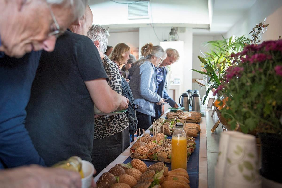 Deelnemers pakken lunch tijdens Duurzame Woonboten Route