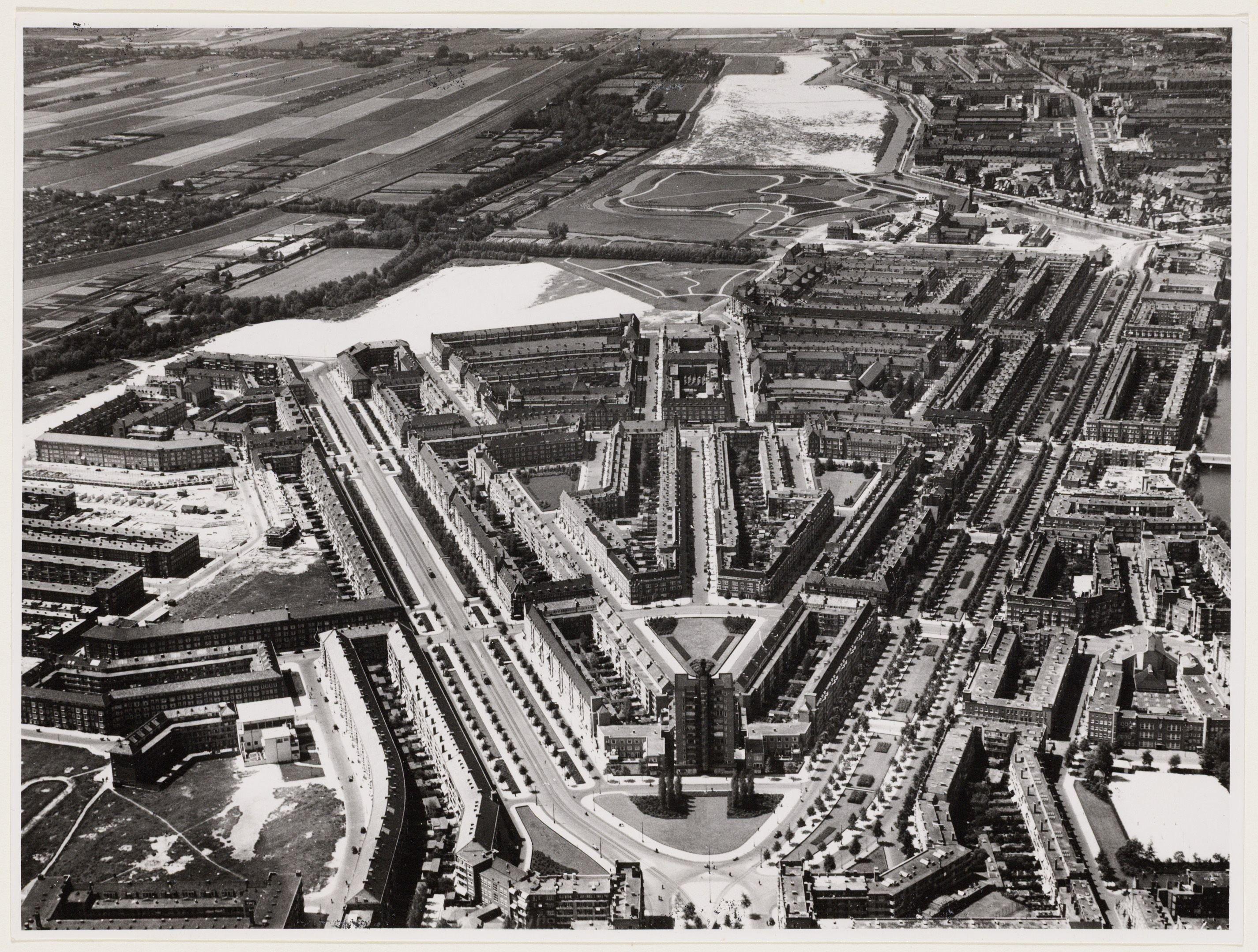 Zwart-wit foto van symetrisch stratenplan in V-vorm.