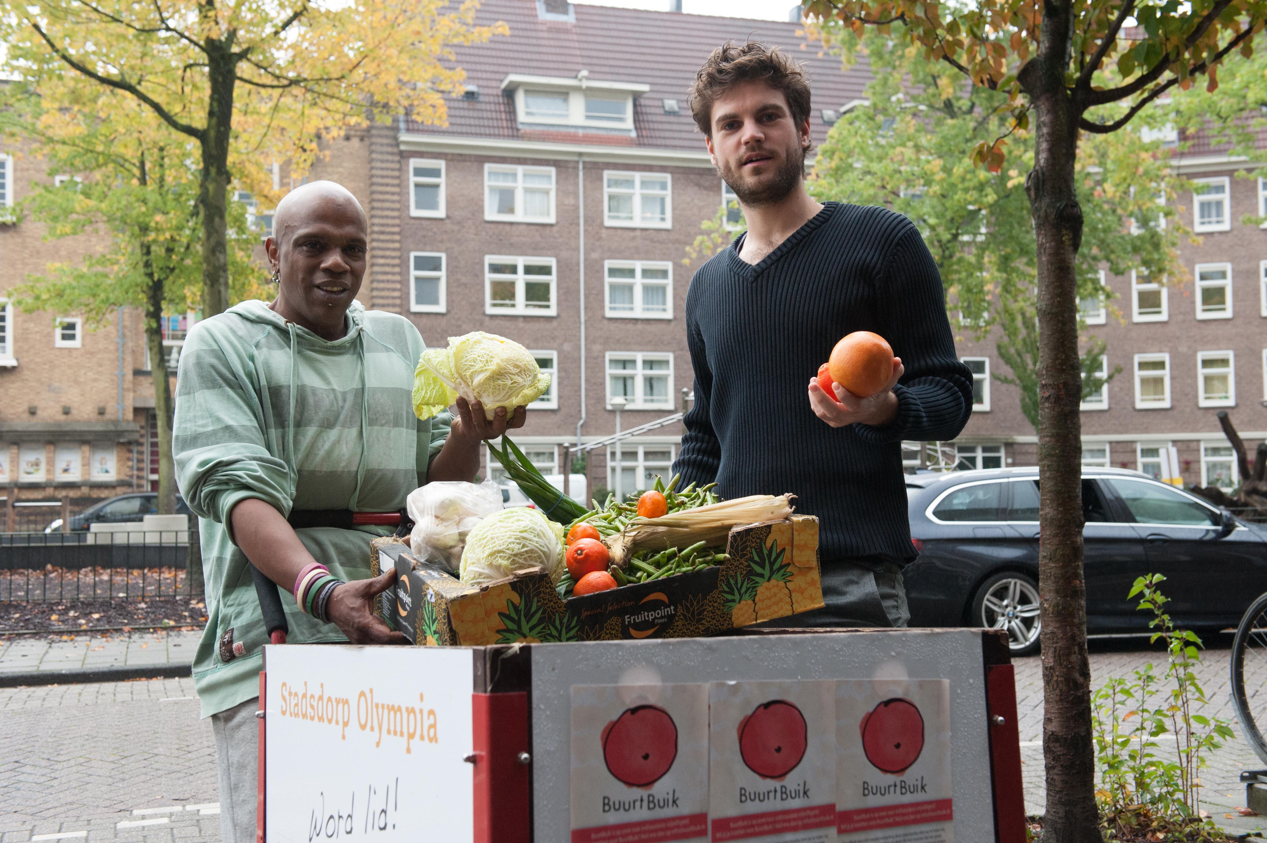 2 mannen bij kar met voedsel van BuurtBuik. Foto Buurtbuik