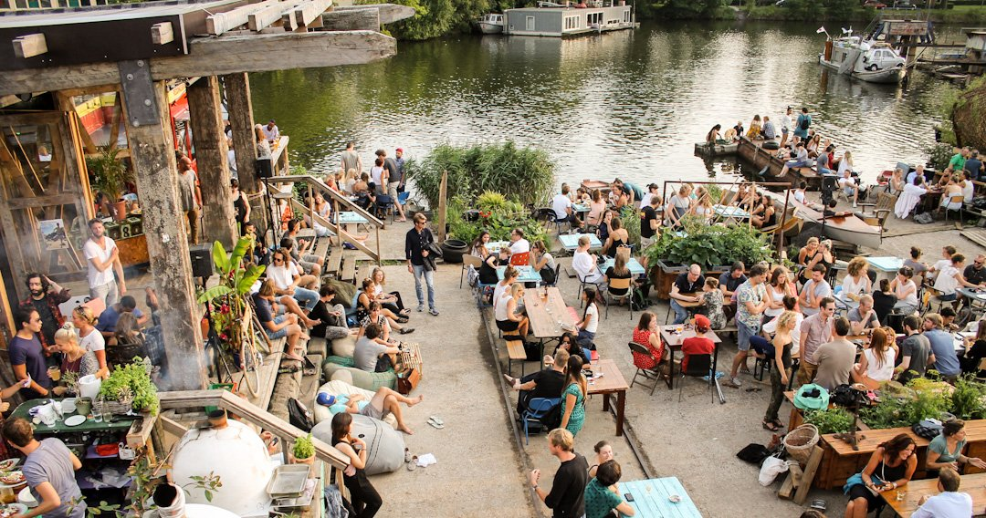Mensen op terras van Café De Ceuvel