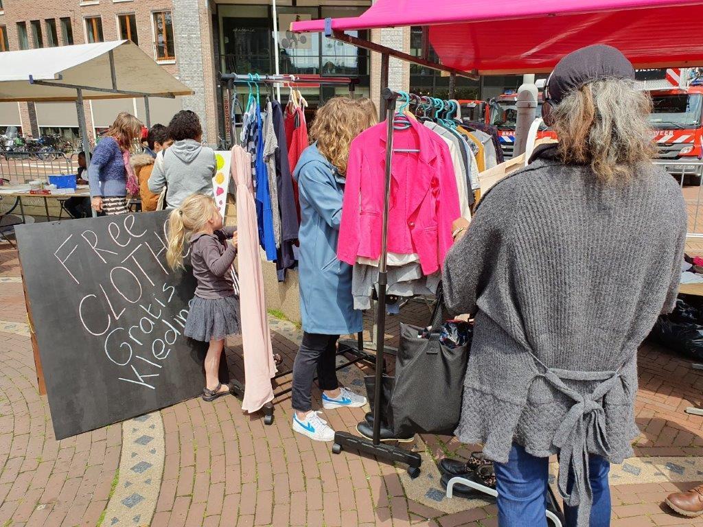 Kraam met gratis kleding georganiseerd door Samen Vooruit. Foto Samen Vooruit