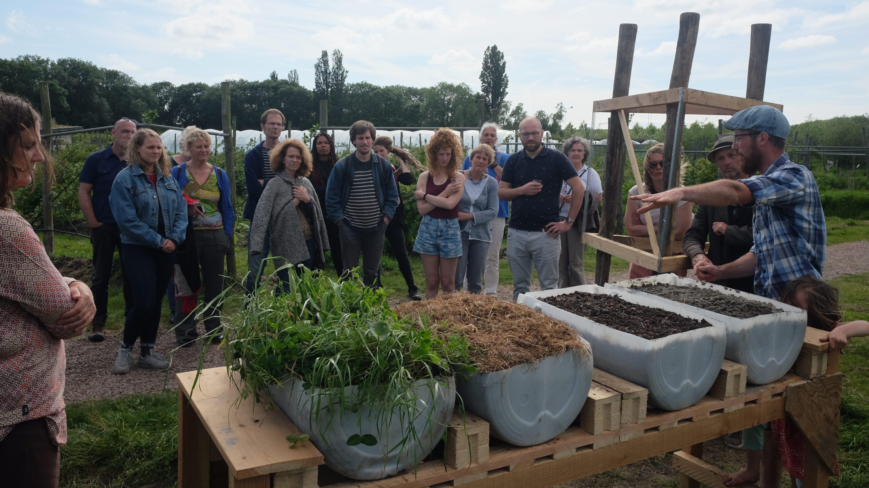 Tuinder geeft uitleg over gewassen in Fruittuin van West