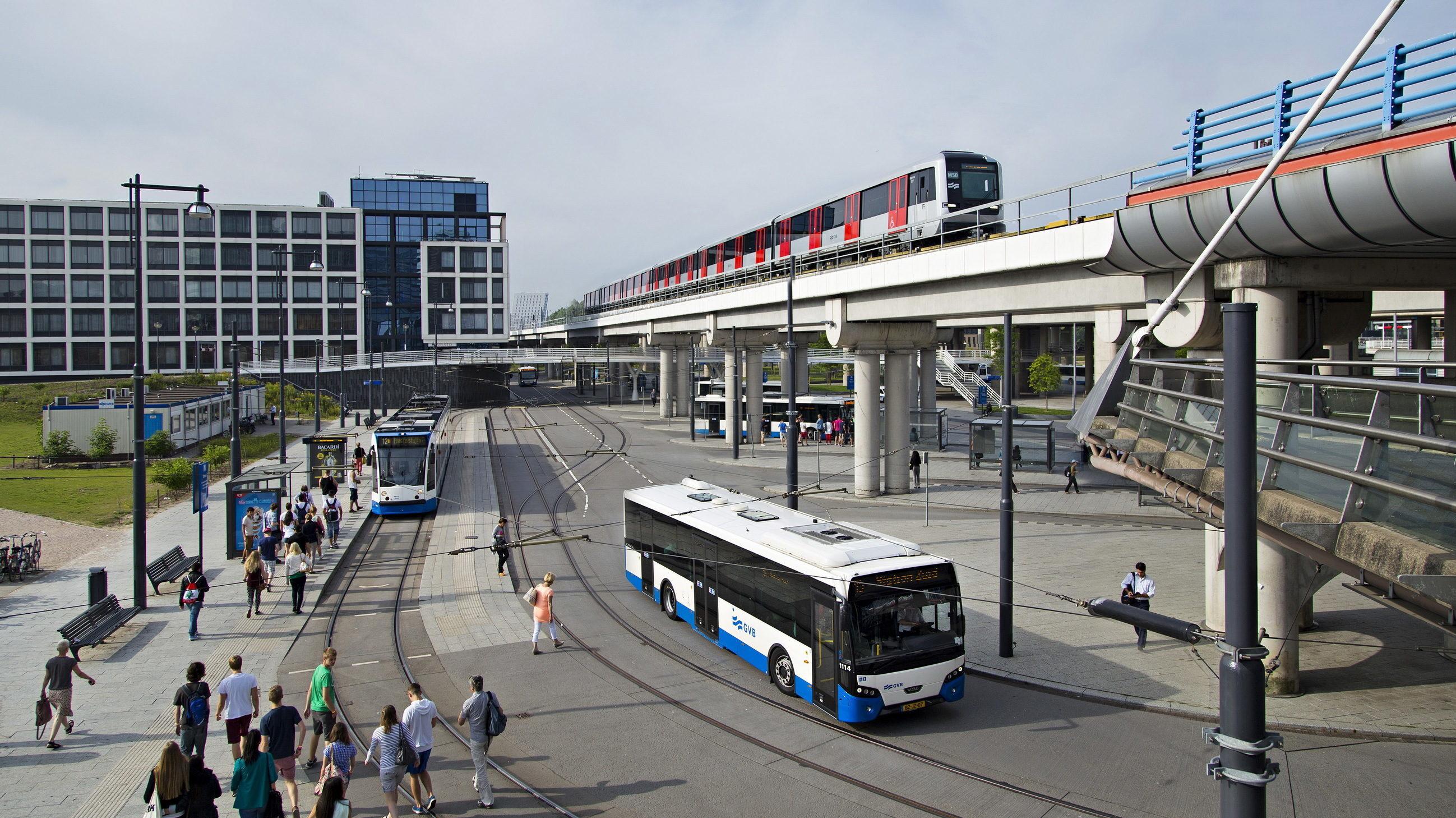 Bus, metro en tram op station Sloterdijk