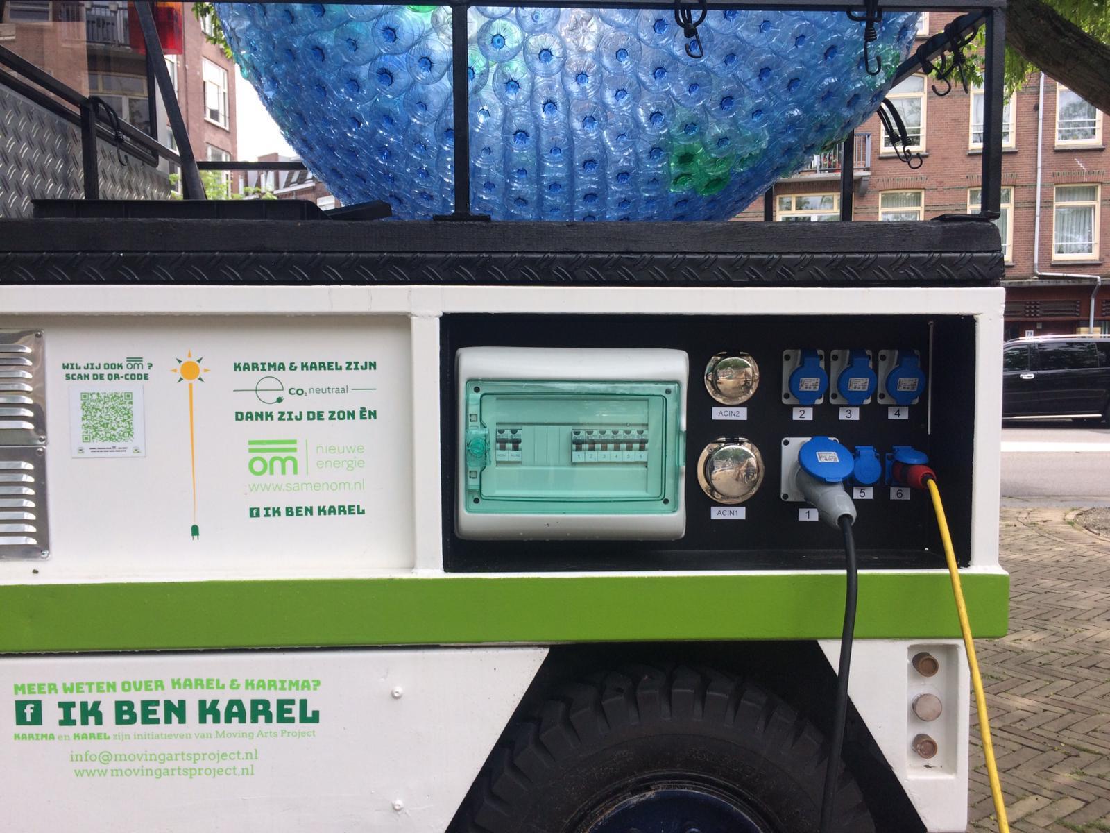 Stroompunten op electrische auto Karel van Moving Arts Project