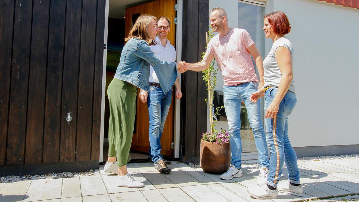 Deelenemers Duurzame Huizen Route schudden elkaar de hand