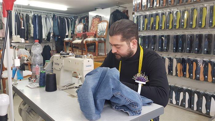 Kleermaker Faruk Andas repareert een keldingstuk