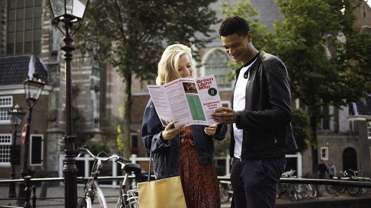 Twee mensen op straat bekijken plattegrond Green Light District