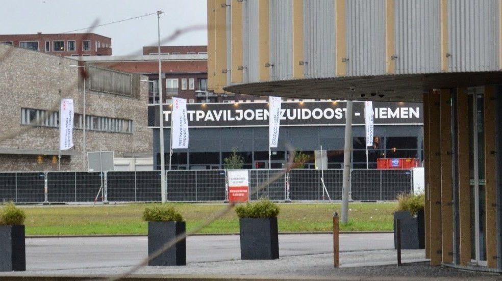 Het testpaviljoen GGD Zuidoost bezien vanaf het Bijlmer Parktheater