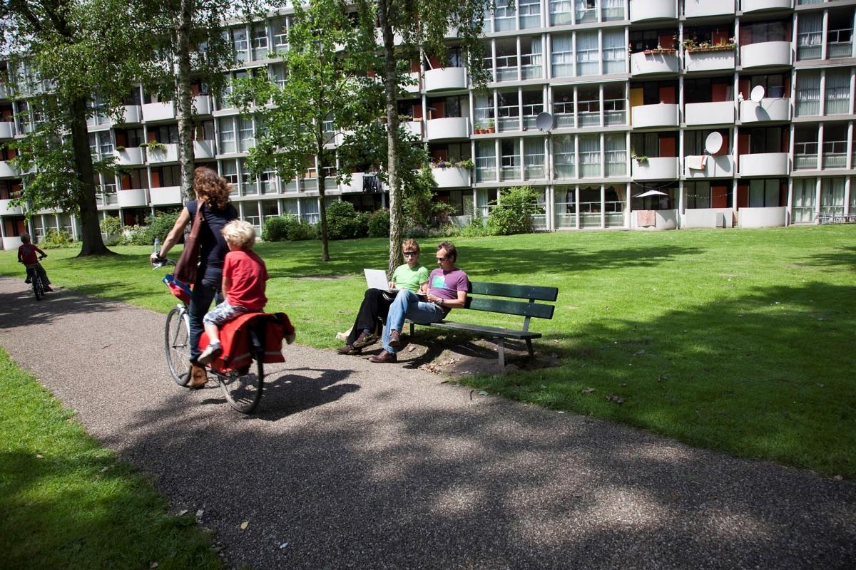 Recreanten bij binnenplaats gemeentelijk monument Plan van Gool