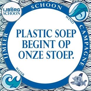 Blauw met wit gekleurd stickerontwerp met tekst: 'Plastic soep begint op onze stoep. IJmeer schoon campagne. IJburg Schoon.' Beeldelementen van water, wind en een vis.