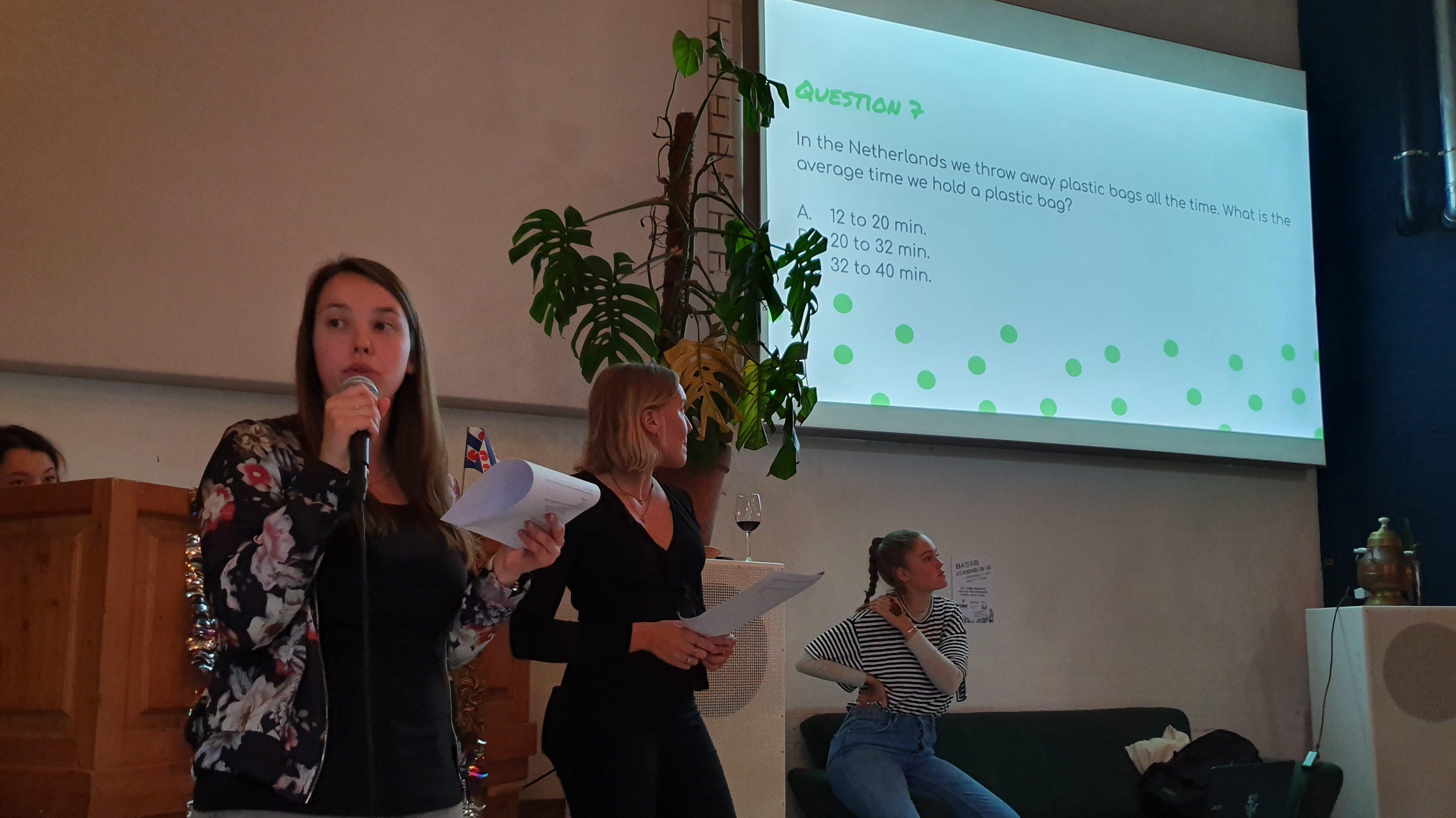 Vrouw geeft presentatie namens Samen Vooruit