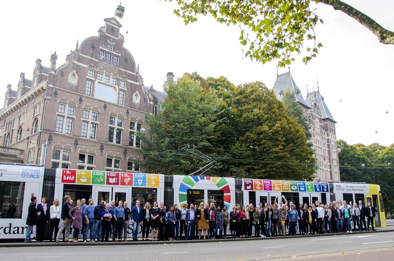 Tram beplakt met Duurzame Ontwikkelingsdoelen (SDG) voor het SDG House (in het KIT)
