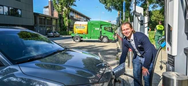 Snellaadplein met elektrische auto's in Amsterdam
