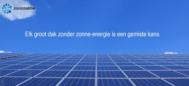 Promotiebeeld Zoncoalitie. Zonnepanelen en lucht met tekst 'Elk groot dak zonder zonne-energie is een gemiste kans'