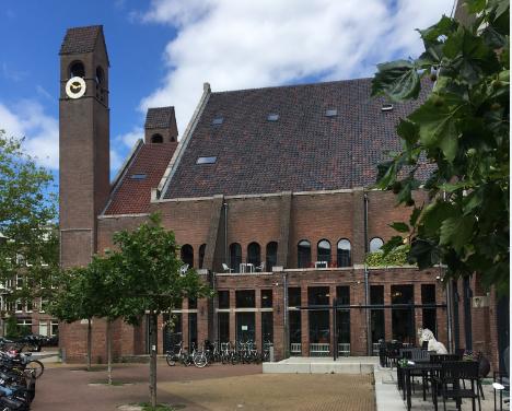 Zijaanzicht gerenoveerde Chassékerk met terras