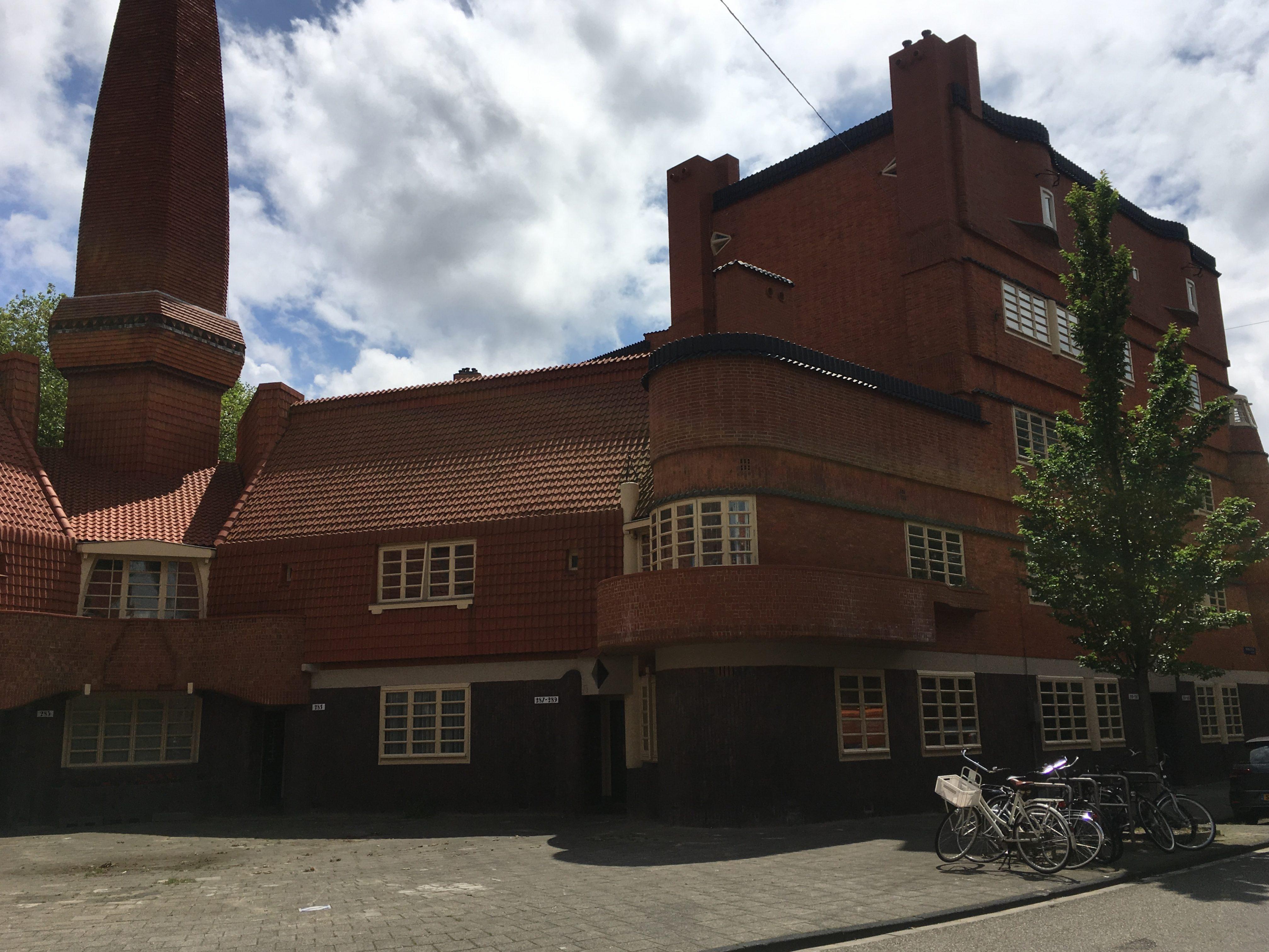 Gebouw Het Schip met karakteristiek dak Amsterdamse School