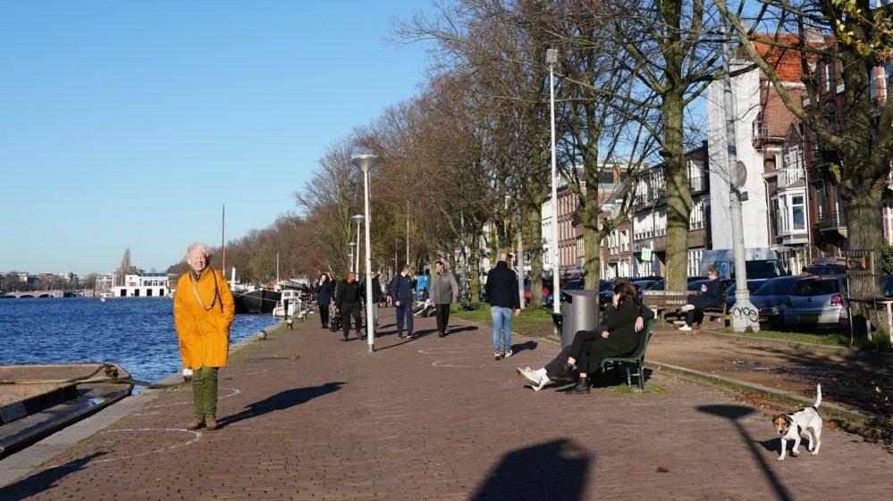 Kade Weesperzijde langs de Amstel. Foto gemeente Amsterdam