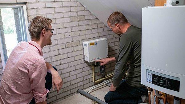 Deelnemer Duurzame Huizen Route toont warmtepomp in z'n huis
