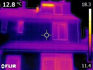 Infraroodscan toont warmtelek bij dak en ramen van een huis. Foto Regionaal Energieloket