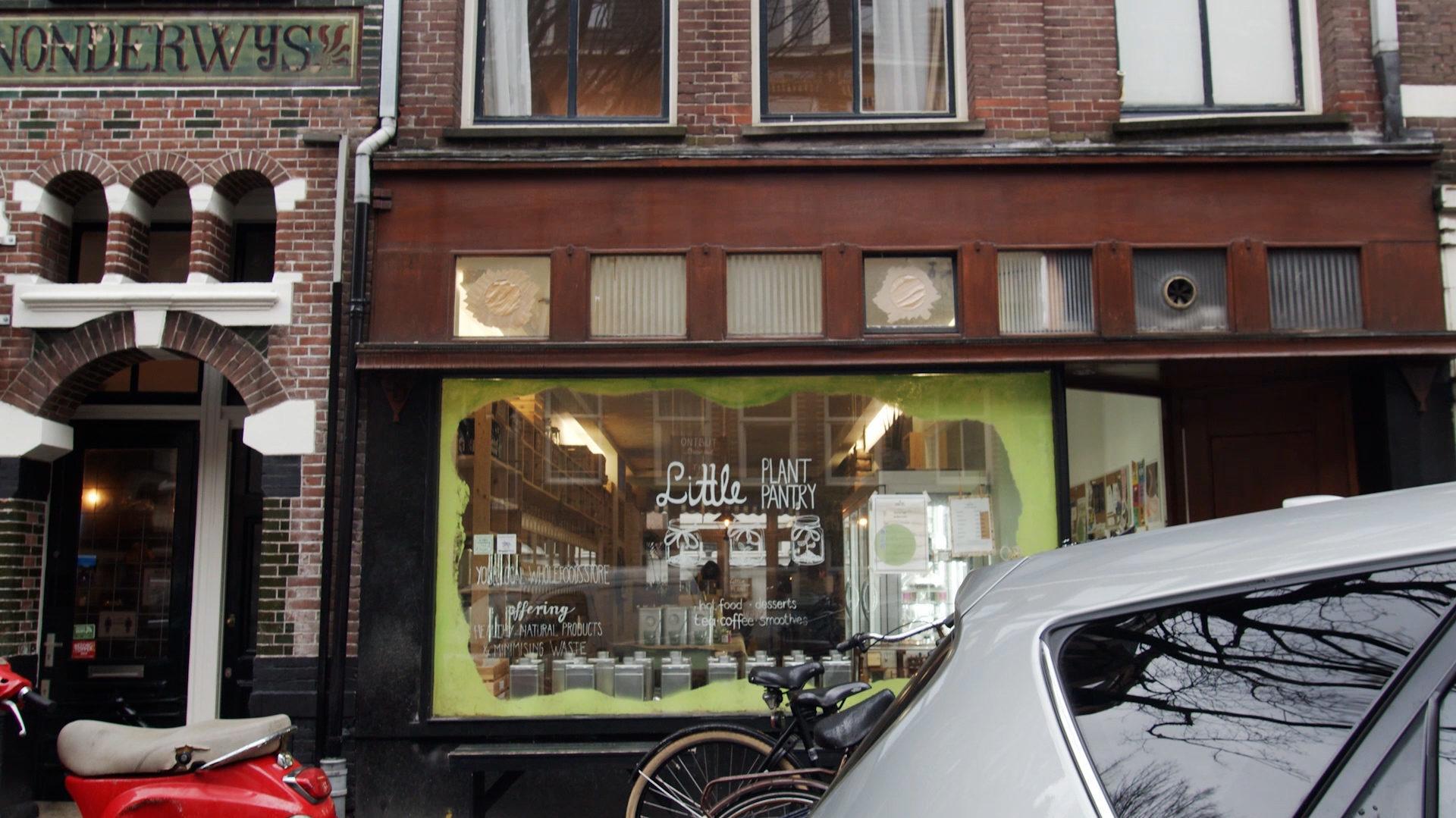 Etalage van de winkel Little Plant Pantry in de Bosboom Toussaintstraat