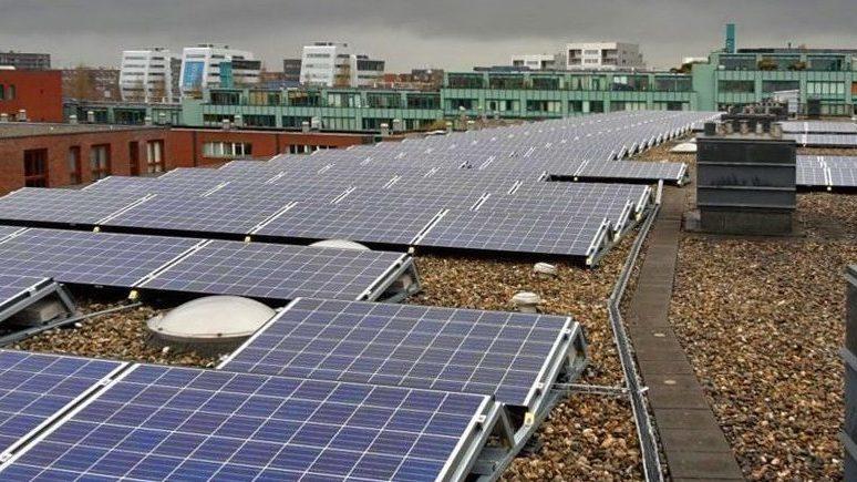 Zonnepanelen in het dak van gebouw in Oostelijk Havengebied