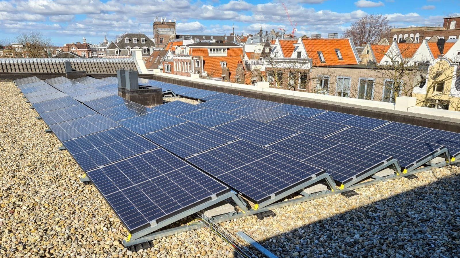 Zonnepanelen op het dak van Entrepotdok