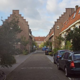 Kraaipanstraat - Rond 1908 ontwierp Berlage de fraaie monumentale straat in Oost.