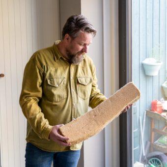 Man bestudeert isolatiemateriaal in z'n handen. Foto: Nationale Duurzame Huizen Route