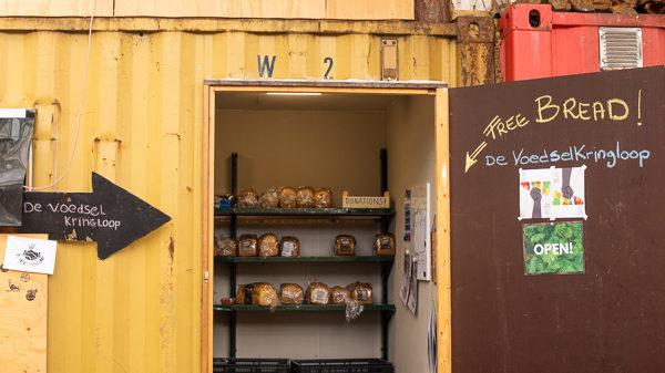 De voedselkringloop bij de Kaskantine waar gratis brood wordt aangeboden. Copyright: Julie Riemersma
