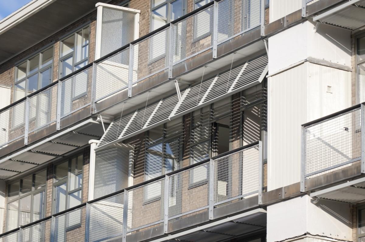 Zonneschermen op de balkons van Koningsvrouwen