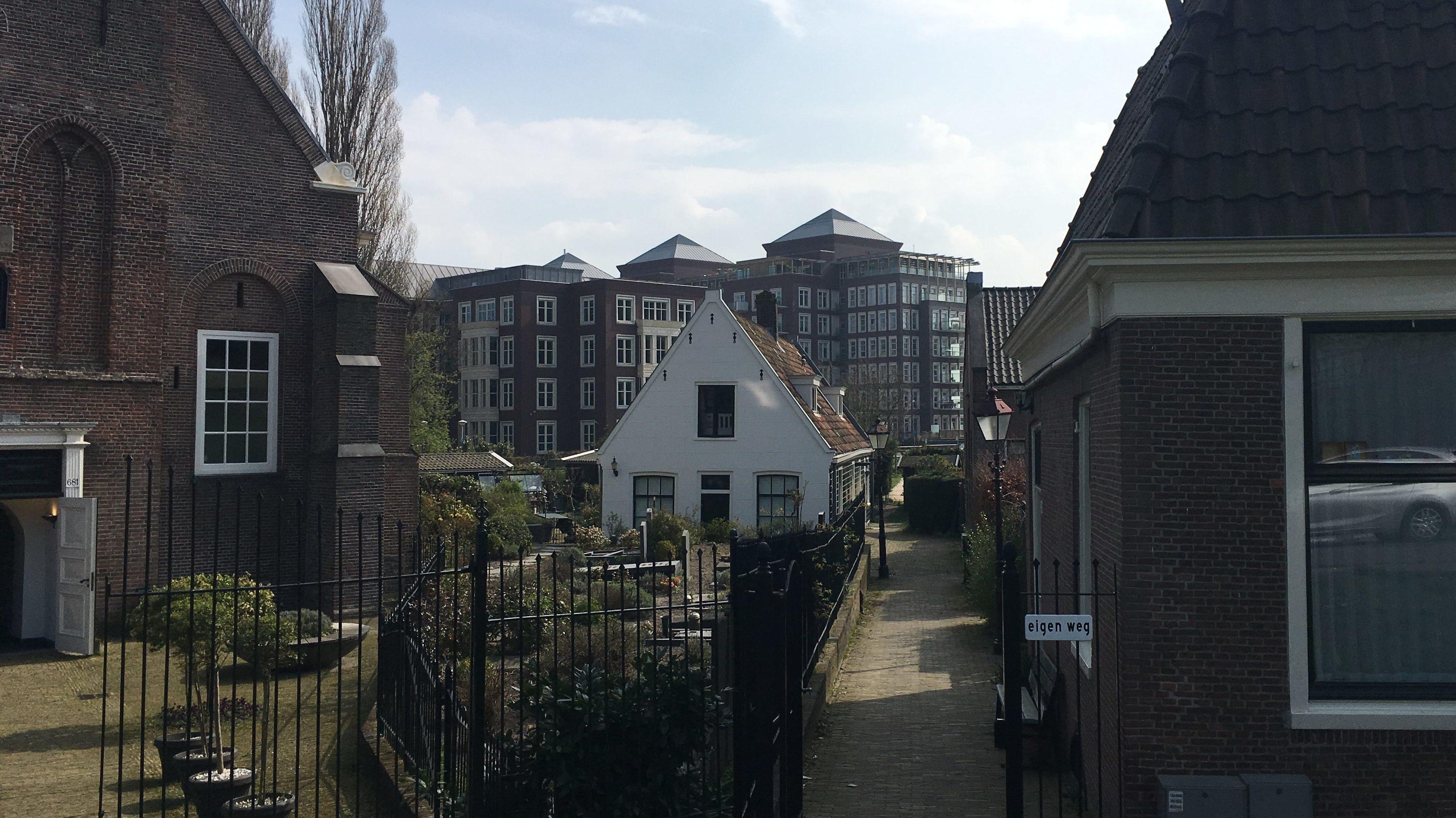 Kerkhof Sint Petruskerk met omringende gebouwen