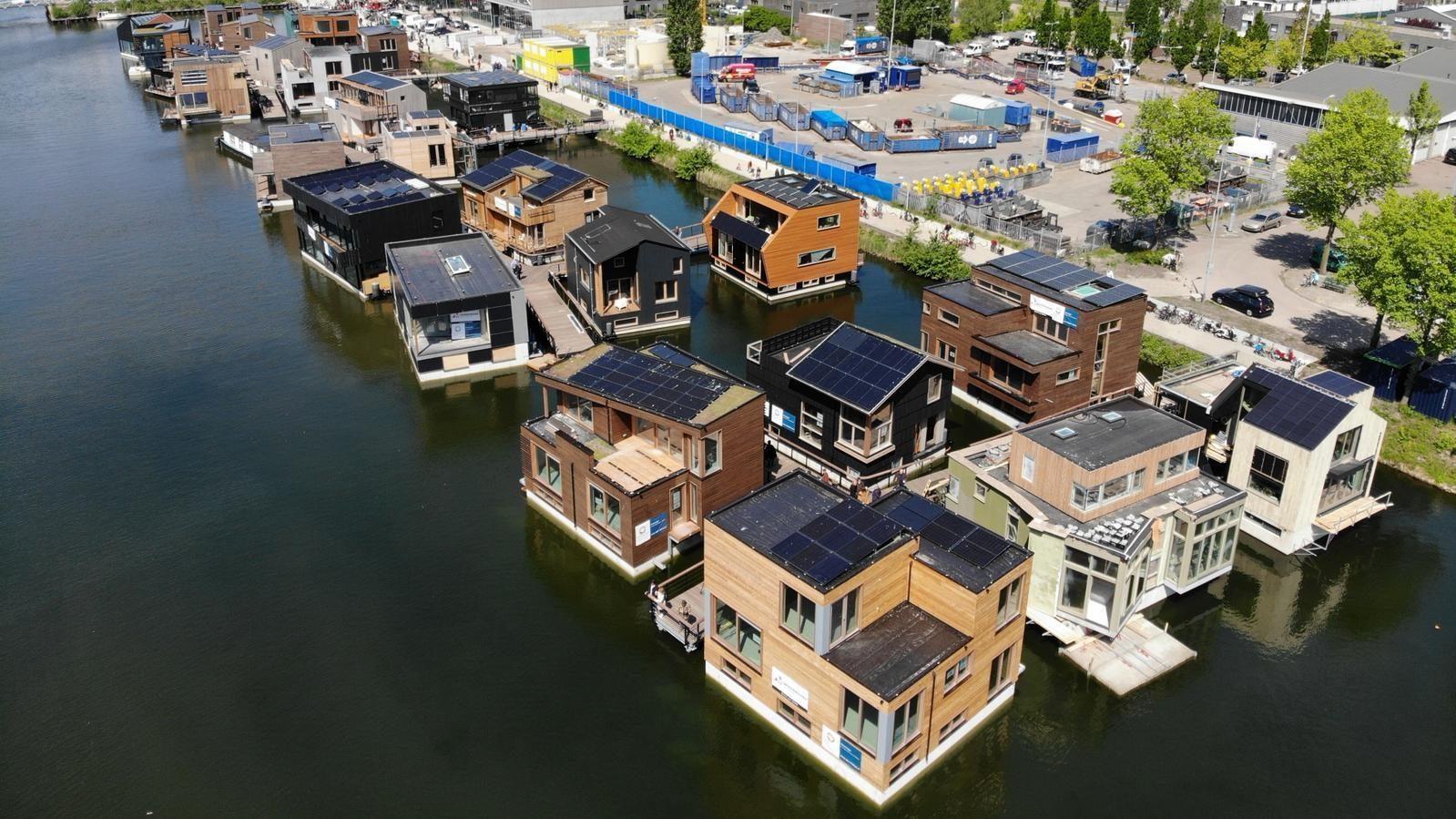 Bovenzicht van de woonboten van de duurzame drijvende wijk Schoonschip