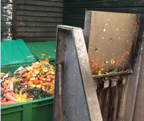 Groen afval bij het afvaleiland aan de Ten Katemarkt
