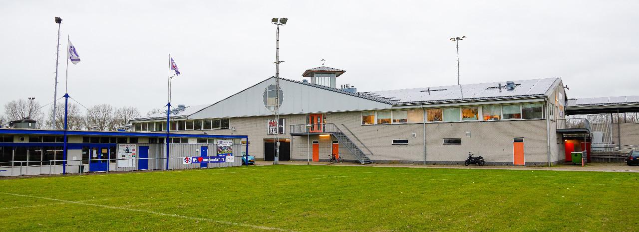 Zonnepanelen op het dak van het clubhuis bij Sportpark De Eendracht