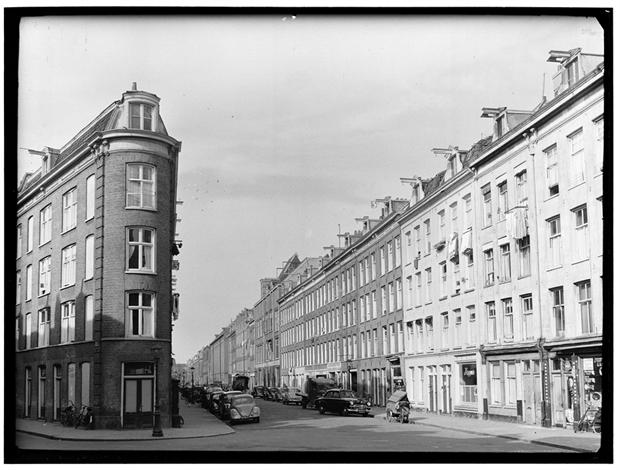 Typische 19e-eeuwse stedenbouw in de Pijp. Hoek Gerard Doustraat/Quellijnstraat.