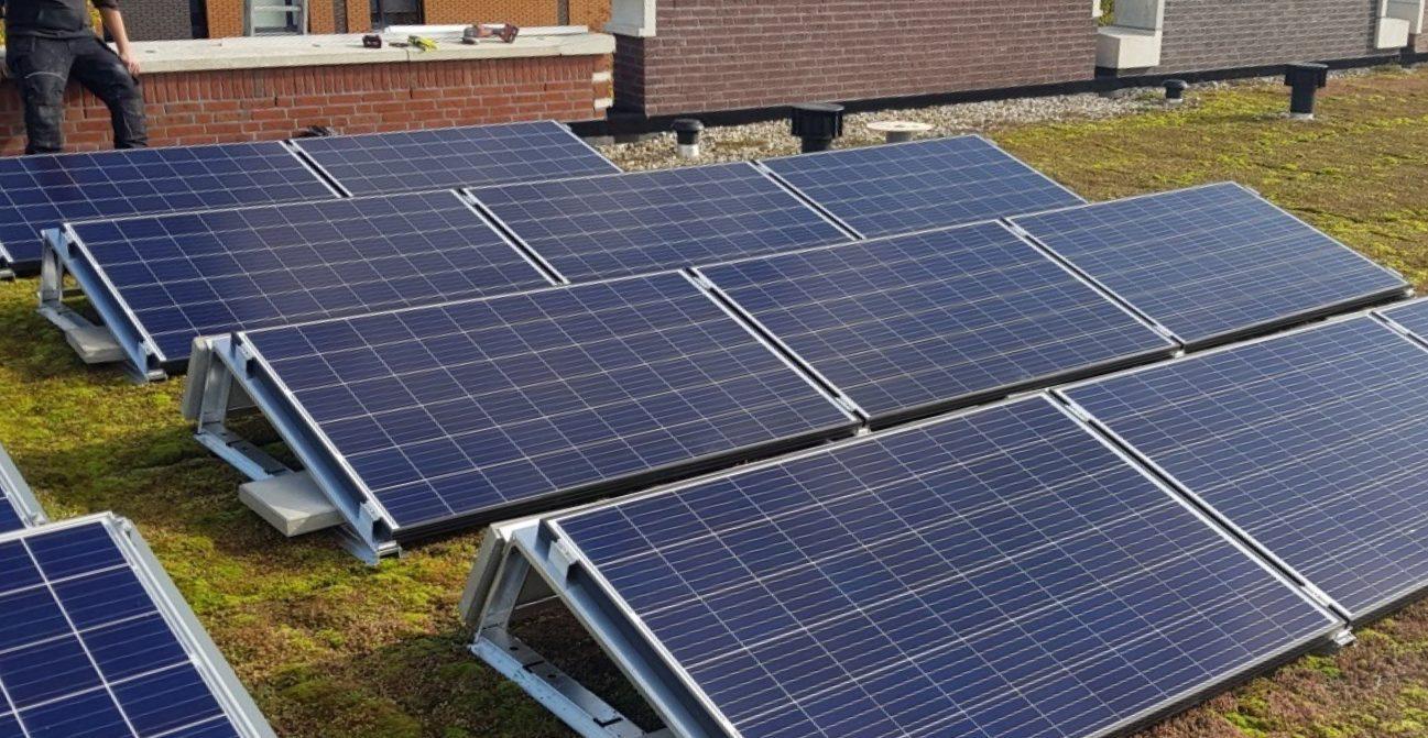 Zonnepanelen op het platte dak van rijtjeshuis op IJburg