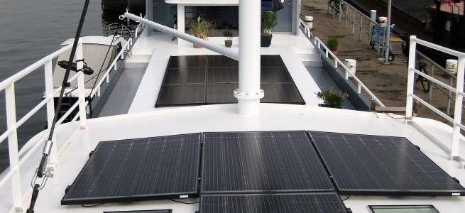 Woonschip met zonnepanelen op het dek