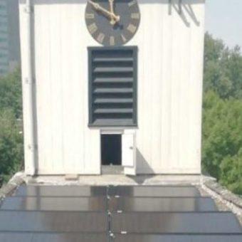 Zonnepanelen op het dak van de St. Petruskerk