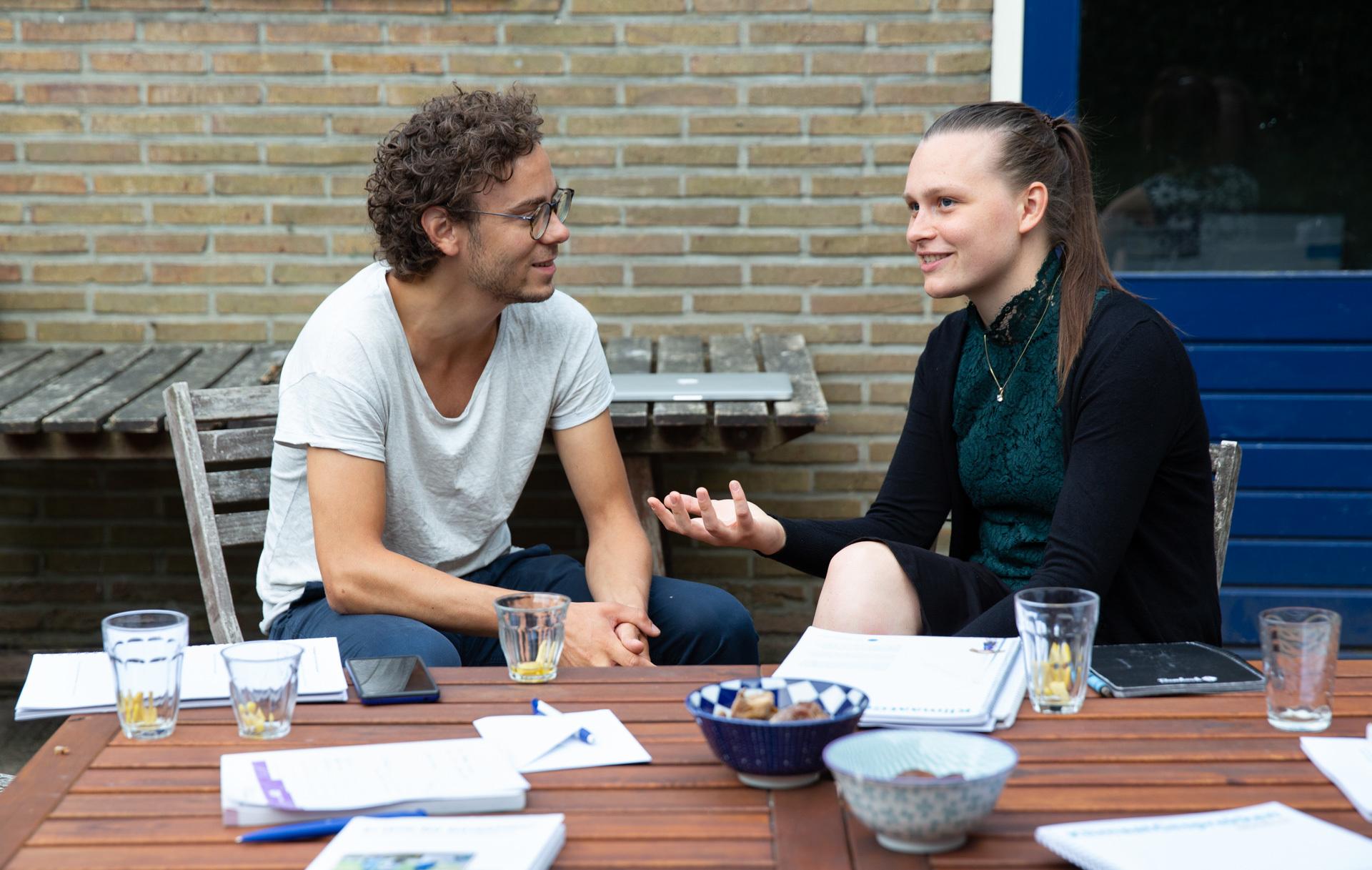 2 deelnemers KlimaatGesprekken in gesprek aan tuintafel