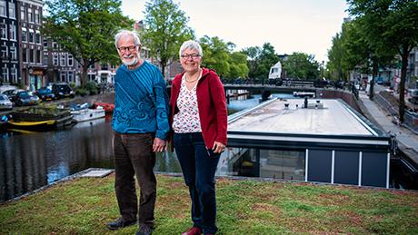 Portret Ella Kruzinga en Peter Vos op het groene dak van hun woonboot